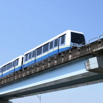 天花板上與燈管交互排列的擴張,沿著列車運行方向並行展開,展現特有的工業背景。